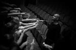 Tanzgruppe zeigt auf Trainer - Staatsoperette Leuben