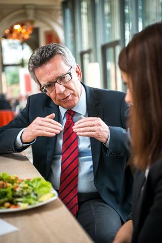 Innenminister De Maiziere beim Gespräch mit einer Spiesserjournalistin